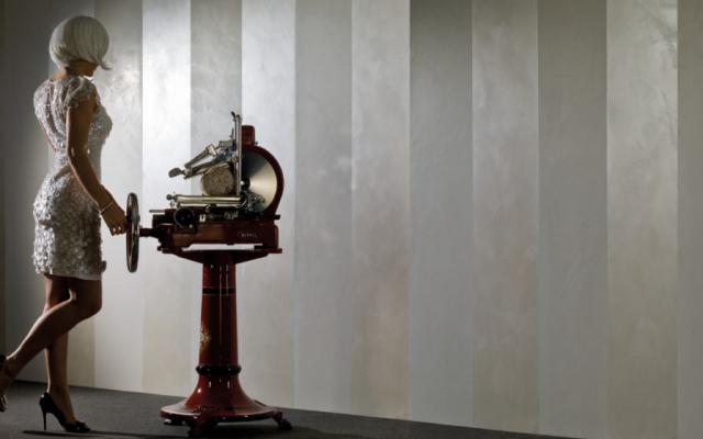 Spirito Libero è uno stucco di design che crea una parete semplice e pulita ma ricca di estetica e raffinatezza. E' composto da calce e polveri di marmo, consente la massima traspirabilità, resiste all'aggressione alcalina e per sua natura è un ottimo antimuffa nonché battericida; il suo continuo processo di carbonatazione assicura un'ottima resistenza all'umidità. Si applica in 2 passaggi.Spirito Libero è uno stucco di design che crea una parete semplice e pulita ma ricca di estetica e raffinatezza. E' composto da calce e polveri di marmo, consente la massima traspirabilità, resiste all'aggressione alcalina e per sua natura è un ottimo antimuffa nonché battericida; il suo continuo processo di carbonatazione assicura un'ottima resistenza all'umidità. Si applica in 2 passaggi.